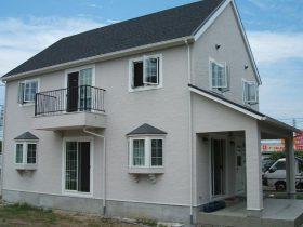 切妻屋根とシンプルな外観が特徴の家
