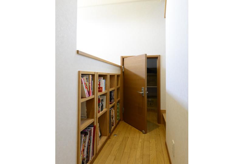 2階ホールの書棚